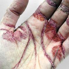 L'artiste britannique Eliza Bennet utilise sa propre main comme tableau et sa peau comme toile de broderie tissant ainsi dans la paume de sa main. Cette sculpture auto-infligée nommée « A woman's work is never done » a été réalisée avec des fils colorés cousus sur la mince couche supérieure de la peau. Le rendu est une main qui semble usée, abîmée par le travail.