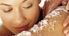 Il bicarbonato di sodio è uno degli ingredienti più versatili che possiamo trovare in casa: grazie ai suoi innumerevoli utilizzi il bicarbonato di sodio va a sostituire tutte quelle sostanze chimiche dannose per la nostra salute e per l'ambiente. Dalle pulizie di casa alla cosmesi fino alle ricette