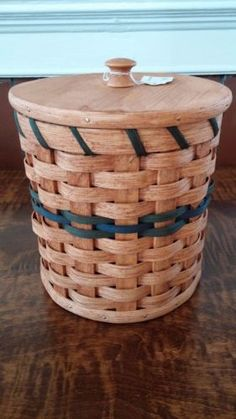 Handwoven-Amish-made-Toilet-Paper-Basket-with-Lid