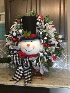 Snowman Wreath, Christmas wreath, Christmas decor, Christmas decorations, black and white ribbon - Decoracion navidad Christmas Mesh Wreaths, Christmas Door Decorations, Christmas Porch, Christmas Snowman, Christmas Holidays, Christmas Ornaments, Holiday Decor, Winter Wreaths, Ribbon Wreaths