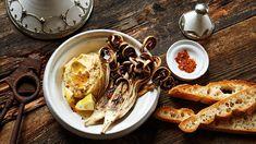 Die rote Blume des venezianischen Winters: Radicchio. Allen, denen er als Salat nicht schmeckt, sei er geschmort aus dem Ofen empfohlen. Unser Kolumnist empfiehlt ein fantastisches Rezept mit Hummus.