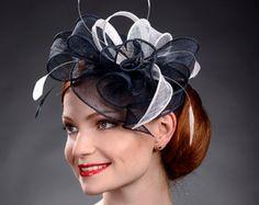 Sombrero fascinador de plata para bodas Ascot Derby por MargeIilane
