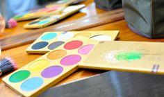 ¿Sabías que existe un Maquillaje que funciona como un Acuarela sobre la piel? Pregunta por el Aqua color de Caretas Maquillaje. Ice Tray, Makeup, Color, It Works, Watercolor Painting, Fur, Presents, Make Up, Colour