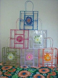 Made with plastic bottles manualidades para regalo Reuse Plastic Bottles, Plastic Bottle Crafts, Recycled Bottles, Hobbies And Crafts, Fun Crafts, Diy And Crafts, Upcycled Crafts, Recycled Art, Diy Projects To Try