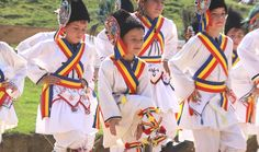 Rusalii (Pentecost) holiday customs in Romania: the Calusarii dance Costumes Around The World, Festivals Around The World, Romania People, City People, Festival Outfits, Festival Clothing, Pentecost, Day Book, Moldova