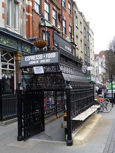 Ganbaroo loves The Attendant, Londen. Small underground espresso bar in former public toilet.