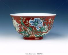 Polychrome bowl with flowers on coral ground, late Kangxi period, Qing dynasty, China, 1700-1722. - Stock Image
