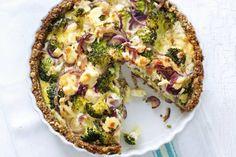 Zet je tanden in deze quiche met een bodem van hazelnoot en een vulling van broccoli en geitenkaas - Recept - Allerhande