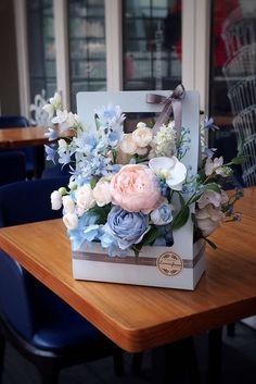 31 Beautiful and Warm Bouquet Ideas for Mothers' Day, Flower Crafts, Diy Flowers, Flower Decorations, Flower Art, Paper Flowers, Flower Box Gift, Flower Boxes, Deco Floral, Arte Floral