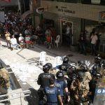 Διαδηλωτές έριξαν βροχή από καρέκλες στα κεφάλια αστυνομικών(Βίντεο)