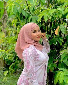 last okey 😴 Arab Girls Hijab, Muslim Girls, Hijabi Girl, Girl Hijab, Beautiful Muslim Women, Beautiful Hijab, Beautiful Little Girls, Cute Girls, Hijab Prom Dress