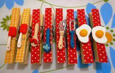 Pregadores Decorados Lembrancinhas de chá de cozinha, esse valor de é pra cada lembrancinha . Paperclip Crafts, Clothespin Magnets, Clothes Pegs, Art N Craft, Clay Animals, Pasta Flexible, Polymer Clay Crafts, Cold Porcelain, Crafts To Make