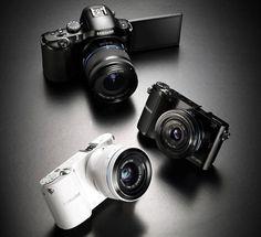 Mit den Modellen NX20, NX210 und NX1000 hat Samsung eine neue Reihe spiegelloser Kameras vorgestellt. Die Modelle sind alle mit WiFi Technologie ausgestattet und können so alle Vorteile von Samsungs Smart Features nutzen. Eines der Smart Features ermöglicht es, Bilder direkt von der Kamera aus über ein WiFi Netzwerk in sozialen Netzwerken wie Facebook und Twitter posten zu können. Die 2012er Modelle von Samsung sollen die bisherigen Samsung Modelle, die NX11, NX100 und NX200 ablösen.