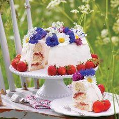 En mumsig midsommartårta med len marsangrädde och frisk jordgubbs- och rabarberkräm gör du enkelt med vår beskrivning. Dekorera med ätbara blommor för en riktig midsommardröm!