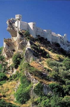 #Abruzzo . Roccascalegna's castle, rising on a rock of limestone from where you can see all the town, which is connected to a bloody event: the murder of the most cruel and violent baron of the castle, Corvo de Corvis, killed by the people of the village in his own castle.