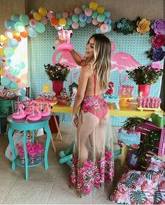 Festa na piscina + pink and white / beach / flamingo (theme) Aloha Party, Tiki Party, Luau Party, Flamingo Party, Flamingo Birthday, Hawaiian Birthday, Luau Birthday, Fete Audrey, Tropical Party