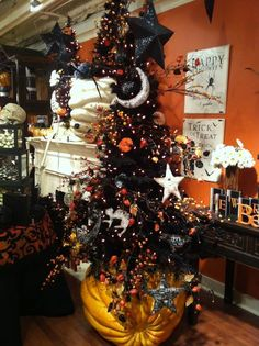 I love Halloween and autumn. Anyone wanna join me for a Halloween party just ask, okay? And don't be afraid to ask me anything, halloween/autumn related or not! Halloween Christmas Tree, Casa Halloween, Halloween Ornaments, Holidays Halloween, Vintage Halloween, Halloween Crafts, Happy Halloween, Halloween Party, Halloween Decorations