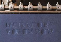 carte de voeux 2017 format 11 par 21, couleur bleu de chine et le texte meilleurs voeux 2017 imprimés en gaufrage en creux