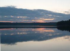 Vackert kvällsljus som speglar i vattnet.