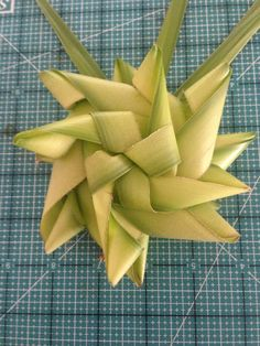 How to Make origami Palm Tree Flax Weaving, Willow Weaving, Weaving Art, Palm Cross, Palm Frond Art, Coconut Leaves, Flax Flowers, Catholic Crafts, Leaf Crafts