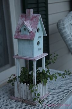 Chabby chic for birds Bird House Feeder, Bird House Plans, Bird Boxes, Fairy Houses, Little Houses, Bird Feathers, Wood Crafts, Wood Projects, Birds
