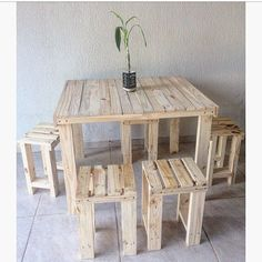Use Pallet Wood Projects to Create Unique Home Decor Items Wood Pallet Bar, Pallet Wall Decor, Wood Pallet Furniture, Furniture Projects, Wood Projects, Pallet Chair, Pallet Tables, Recycled Pallets, Wooden Pallets