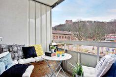 Coin terrasse avec des bancs et des coussins
