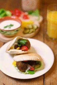 Pita falafel met houmous en rauwkost