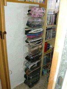 Des bouteilles d'eau de 3 L = un rangement pour paires de chaussures / Large plastic bottles as shoe organizer...