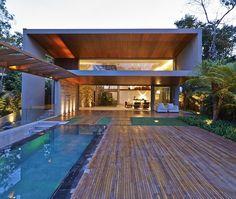 Vast Area Defines Brazilian Rainforest House - http://www.decorismo.com/other/vast-area-defines-brazilian-rainforest-house/