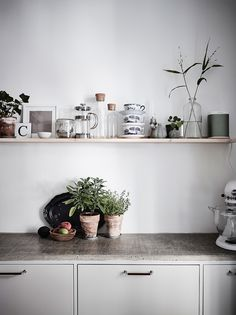 to Design a Tiny Kitchen With Tons of Smart Storage Emily Henderson small kitchen ideasHome Sweet Home Home Sweet Home may refer to: Rental Kitchen, Kitchen Dining, Kitchen Decor, Kitchen Ideas, Kitchen Walls, Ideas Para Organizar, Inviting Home, Cute Kitchen, Awesome Kitchen