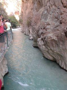 Saklıkent, ayrıca kanyonda tehlikeli olmamakla birlikte rafting de yapılabiliyor