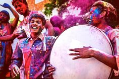 11 Colorful Photos of the Holi Festival in India: Drumming and Musicians