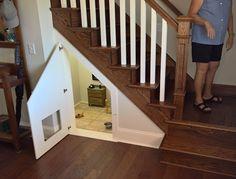 Vrouw bouwt voor haar hondje een prachtig optrekje onder haar trap! Wanneer je…