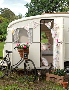 Vintage Caravan: Glamping at it's best!would love a caravan Vintage Campers, Camping Vintage, Retro Campers, Vintage Caravans, Vintage Travel Trailers, Retro Trailers, Shabby Chic Campers, Vintage Airstream, Airstream Trailers