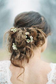 Cualquier estilo de peinado es perfecto para salpicarlo con flores diminutas. Con un recogido desenfadado quedan preciosas. Fotografía: Rebeca Hollis Photography
