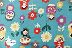 Schöner japanischer Stoff aus 100% Baumwolle mit großen, bunten Matrojschkas und Blumen.      Der typisch feste Baumwollstoff in petrol blau und bunt