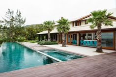 Cores e espaços integrados na casa de praia - Casa Vogue | Casas