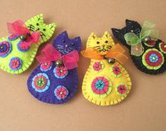 Cat Felt Brooch Multicolor Pin Hairpin Hair Clip by Felt Embroidery, Felt Applique, Felt Christmas Ornaments, Christmas Crafts, Fabric Crafts, Sewing Crafts, Craft Projects, Sewing Projects, Felt Brooch