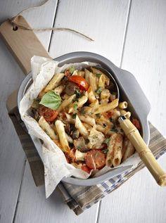 Πένες με μελιτζάνες και μοτσαρέλα στο χαρτί! Pasta Salad, Vegetarian Recipes, Food And Drink, Sweets, Plates, Meat, Chicken, Cooking, Healthy