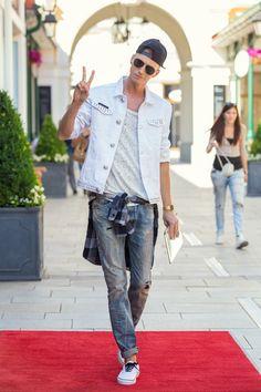 Festival Outfit von Smizedivat - Jeans von #Diesel, #Levis T-Shirt, #PhilippPlein Jacke und #Vans Cup #DesignerOutletParndorf