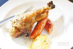 美式蜂蜜雞腿、德式香腸雙拼899元雙人耶誕餐菜色以特製香料與蜂蜜調製的醃醬入味烘烤,風味類似蜜汁火腿。(鄭夙玲攝)