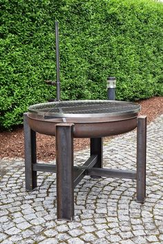 Pure steel! The fire Bowl measures 80 cm in diameter and thus a lot of space on the stainless steel grate for barbecue fun. The grid is continuously adjustable in height. He is caught by means of the lower handle is provided with a thread on the desired height simply by twisting
