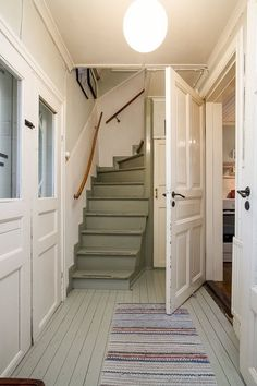 Imagine being welcomed home by this cozy, old entrance hall. Home Interior, Interior Decorating, Interior Design, Cozy Cottage, Cozy House, Entryway Paint, Cottage Interiors, Swedish Interiors, Painted Stairs