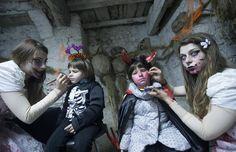 Com fantasias macabras, Halloween é celebrado em Castelnuovo di Farfa, na Itália