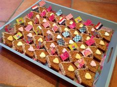 Funny food gingerbread house with sprinkles on top rhs Party Sweets, Snacks Für Party, Cupcakes, Kids Birthday Treats, School Treats, Party Food And Drinks, Food Humor, Funny Food, Healthy Treats