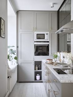 grey kitchen with marble countertop and hyggekrog -Classy grey kitchen with marble countertop and hyggekrog - Beautiful Modern IKEA Kitchen Fronts - RINGHULT High Gloss White The stairs seem perfect for a tiny home My kitchen – ÅSA INGROSSO Gastro Gröngrå Small Marble Kitchens, Modern Ikea Kitchens, Grey Kitchens, Home Kitchens, Room Interior Design, Home Interior, Kitchen Interior, Country Look, Grey Countertops