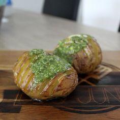 Hasselback Potatoes zijn echt tof als bijgerecht en ook nog eens superlekker! Je maakt ze makkelijk op de BBQ met dit recept.