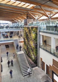 Construído pelo B+H na Windsor, Canada na data 2013. Imagens do Tony Hafkenscheid . Este novo complexo para a Faculdade de Engenharia entrega novos espaços para satisfazer a crescente demanda de ensino...
