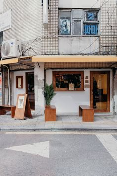 Beup Coffee: An Old-School Coffee Shop in Central Seoul — On the Street Where We Live Cafe Interior Design, Cafe Design, Store Design, Korean Coffee Shop, Korea Cafe, Seoul Cafe, Cofee Shop, Street Coffee, Shop Facade